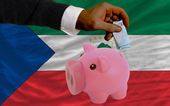 Financement euro en rich piggy bank drapeau national de d'equatoria — Photo