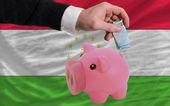 Financiamento euro sobre rich piggy bank bandeira nacional do tadjiquistão — Foto Stock
