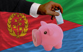 Finansiering euro i piggy rika bank nationella flagga i eritrea — Stockfoto