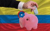 コロンビアの国旗を銀行貯金箱のリッチ ユーロの資金 — ストック写真