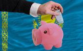 カザフスタンの国旗を銀行貯金箱のリッチ ユーロの資金 — ストック写真