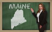 Teacher showing map of maine on blackboard — Stock Photo