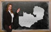 Läraren visar kartan i zambia på blackboard — Stockfoto