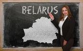 Nauczyciel pokazano mapę białoruś na tablicy — Zdjęcie stockowe