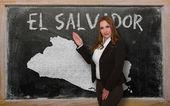 Teacher showing map of el salvador on blackboard — Stock Photo