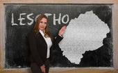 Carte d'affichage enseignant du lesotho sur tableau noir — Photo