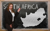 Teacher showing map of south africa on blackboard — Stock Photo