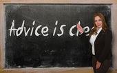 Läraren visar råd är billigt på blackboard — Stockfoto