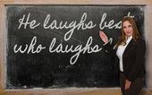 Leraar weergegeven: hij lacht beste wie het laatst lacht op blackboard — Stockfoto