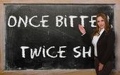 Nauczyciel pokazując raz ugryziony, dwa razy nieśmiały na tablicy — Zdjęcie stockowe