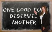 δάσκαλος δείχνει μια καλή σειρά αξίζει άλλο στο blackboard — Φωτογραφία Αρχείου
