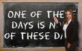 Učitel ukazuje jeden z těchto dnech není v těchto dnech na černém pozadí — Stock fotografie