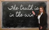 Professor mostrando a verdade está no vinho no quadro-negro — Fotografia Stock