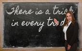 Enseignant montrant il ya un truc dans chaque commerce sur tableau noir — Photo