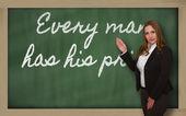δάσκαλος δείχνει κάθε άνθρωπος έχει το τίμημά του στο blackboard — Φωτογραφία Αρχείου