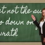 Lehrer zeigen lassen nicht den Sonnenuntergang auf Ihrem Zorn auf blackbo — Stockfoto #26029305