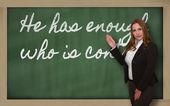 δάσκαλος δείχνοντας ότι έχει αρκετό που είναι το περιεχόμενο στο blackboard — Φωτογραφία Αρχείου