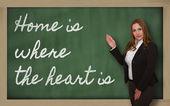 老师展示家是心之所在黑板上 — 图库照片