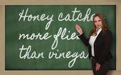 蜂蜜を示す先生 blackbo の酢よりより多くのハエをキャッチします。 — ストック写真