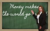 お金を示す先生は黒板に回る世界になります — ストック写真