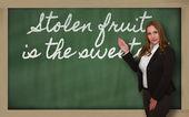 δάσκαλος δείχνει κλεμμένα φρούτων είναι το πιο γλυκό για το μαυροπίνακα — Φωτογραφία Αρχείου