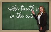 Lehrer, die die wahrheit ist im wein an tafel — Stockfoto