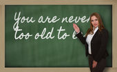 示す先生が黒板に学ぶのに遅すぎることはありません。 — ストック写真