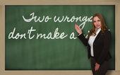 Nauczyciel pokazano dwa krzywdy don t zrobić prawo na tablicy — Zdjęcie stockowe