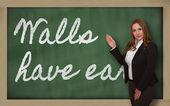 黒板に耳についている教師表示壁 — ストック写真