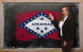 Teacher showing flag ofarkansas on blackboard for presentation m — Stock Photo