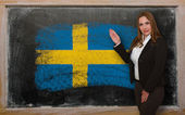Teacher showing flag ofIndonesia on blackboard for presentation — Stock Photo