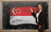 Teacher showing flag ofSingapore on blackboard for presentation — Foto Stock