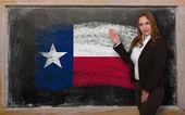 Leraar vlag oftexas tonen op blackboard voor presentatie mark — Stockfoto