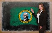 Profesor mostrando la bandera ofwashington en pizarra para presentación — Foto de Stock