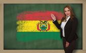 Teacher showing flag ofbolivia on blackboard for presentation ma — Stock Photo