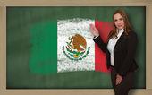 Teacher showing flag ofmexico on blackboard for presentation mar — Stock Photo