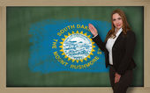 Teacher showing flag ofsouth dakota on blackboard for presentati — Stock Photo