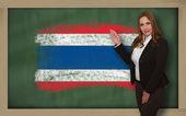 Teacher showing flag ofthailand on blackboard for presentation m — Stock Photo