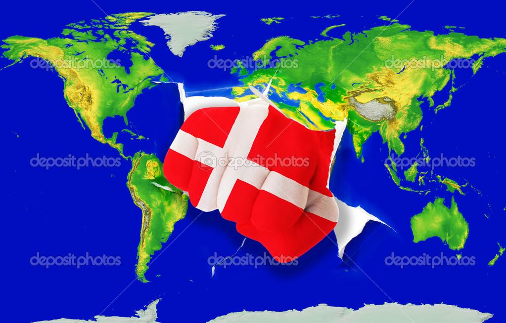 颜色的冲世界地图的丹麦国旗的拳头