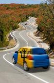 автомобиль на дороге в национальный флаг барбадоса цветов — Стоковое фото