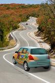 автомобиль на дороге в флаг цветов американского штата делавэр — Стоковое фото