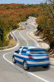 автомобиль на дороге в национальный флаг греции цветов — Стоковое фото