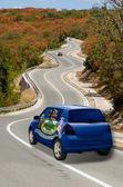 автомобиль на дороге в флаг цветов американского штата мэн — Стоковое фото