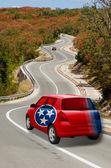 автомобиль на дороге в флаг цветов американского штата теннесси — Стоковое фото