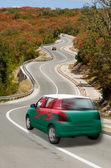 автомобиль на дороге в национальный флаг уэльса цветов — Стоковое фото