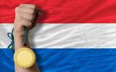 Medalla de oro para el deporte y la bandera nacional de holanda — Foto de Stock