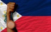 Medalla de bronce para el deporte y la bandera nacional de filipinas — Foto de Stock