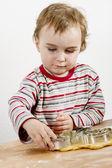 Giovane bambino fare biscotti — Foto Stock