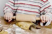 Bambino, stendere la pasta sulla scrivania in legno — Foto Stock