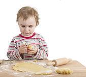 Kleines kind mit nudelholz und teig — Stockfoto
